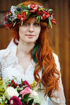Boho braut mit roten haaren mit blumen