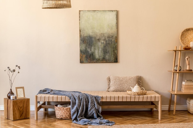 Boho-komposition des wohnzimmers mit design-chaiselongue, kissen, körben, gemälden, natürlichen rattandekorationen und eleganten persönlichen accessoires. orientalisches konzept der gemütlichen wohnkultur.