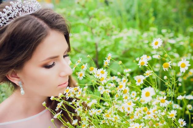 Boho styled bride auf natur hintergrund gänseblümchen bouquet.