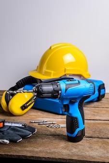 Bohrer und bohrersatz, werkzeuge, zimmermann und sicherheit, schutzausrüstung