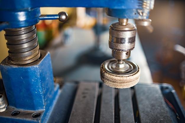 Bohrmaschine am arbeitsplatz eines werkzeugmachers schlosser