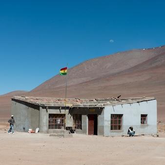 Bolivianische flagge an der grenze, los flamencos national reserve, san pedro de atacama, provinz el loa, anto