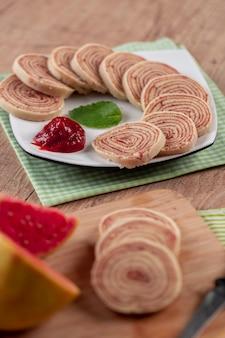 Bolo de rolo (schweizer brötchen, brötchenkuchen) typisch brasilianisches dessert aus dem bundesstaat pernambuco. geschnittene kuchenrolle gefüllt mit guavenpaste.