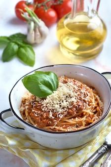 Bolognese pasta mit basilikum