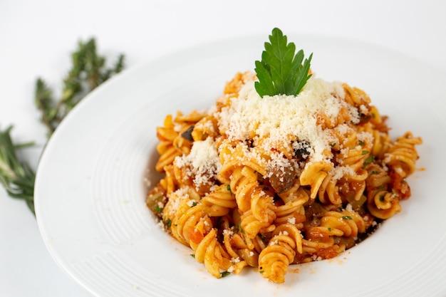 Bolognese pasta mit parmesan
