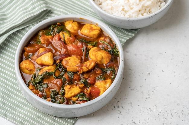 Bombay chicken curry mit spinat, tomate und reis