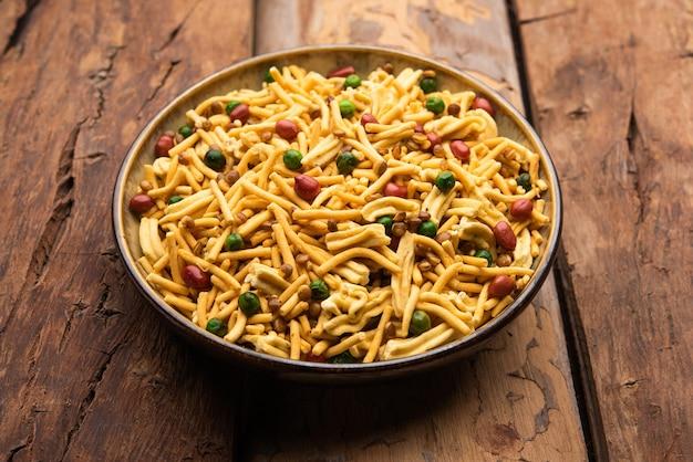 Bombay-mix oder chanachur oder chiwda oder farsan ist ein indischer snack-mix, beliebtes tea-time-essen aus indien