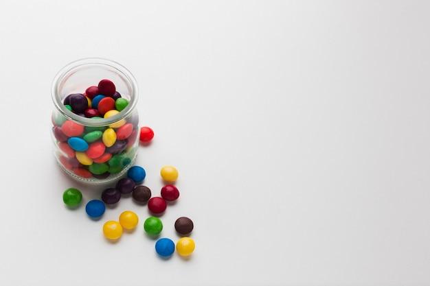 Bonbons in einem glas mit kopienraum