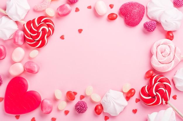 Bonbons, lutscher, gelee auf rosa