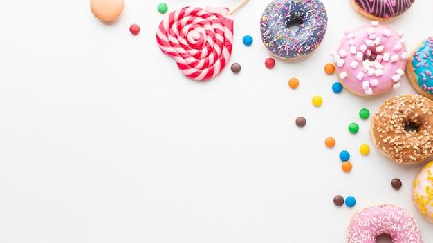 Bonbons und schaumgummiringe kopieren raum