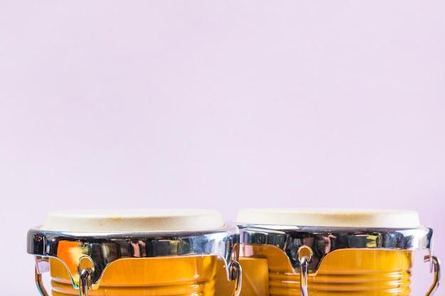 Bongo-trommel auf rosa hintergrund