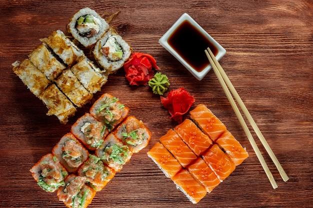 Bonito-brötchen mit geräuchertem aal und philadelphia-käse-sushi vom küchenchef