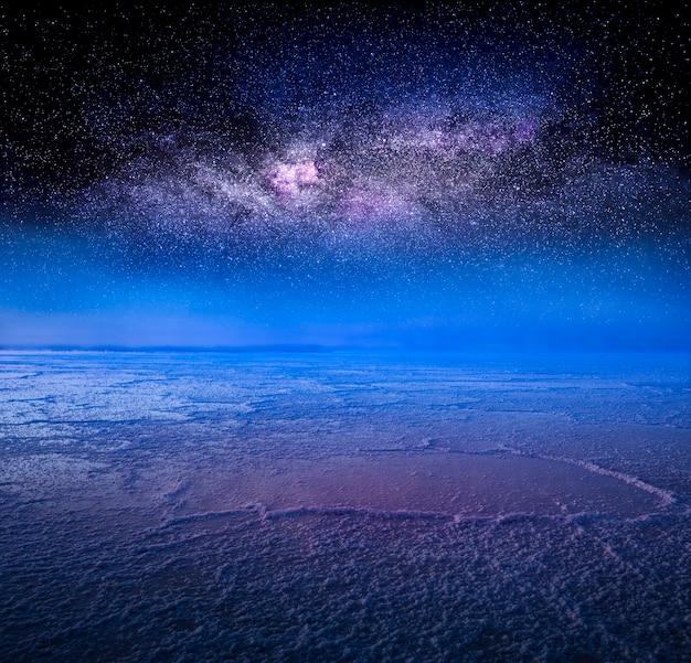 Bonneville salt flats nachthimmel über salzsee. ein beliebtes touristenziel. wunderbare nachtnaturlandschaft oder hintergrund. salz hat heilende eigenschaften und wird in der kosmetik verwendet.