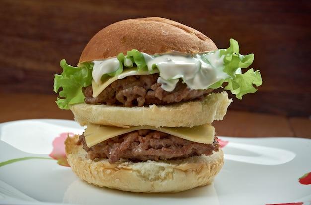 Bonus jack - amerikanischer burger. hamburger verkauft von der fast-food-restaurantkette jack in the box.