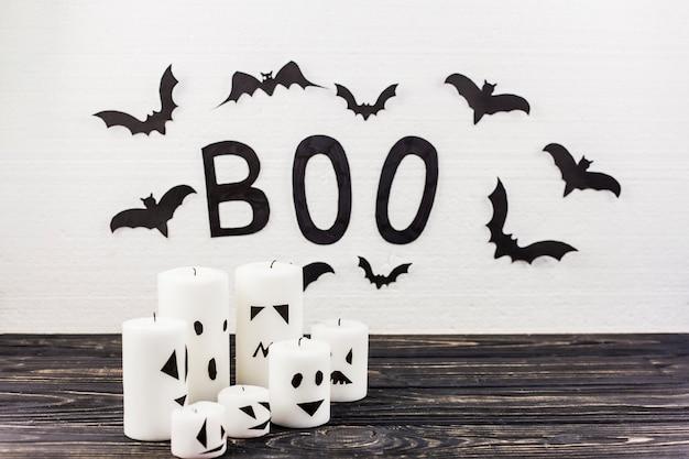 Boo wort und verzierte kerzen