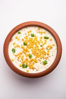 Boondi raita ist eine nordindische beilagensorte aus gewürztem joghurt und boondi oder knusprig frittierten grammmehlbällchen