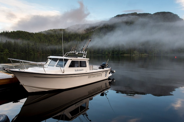 Boot am dock, regionaler bezirk skeena-königin charlotte, haida gwaii, graham island, britisch-columbia