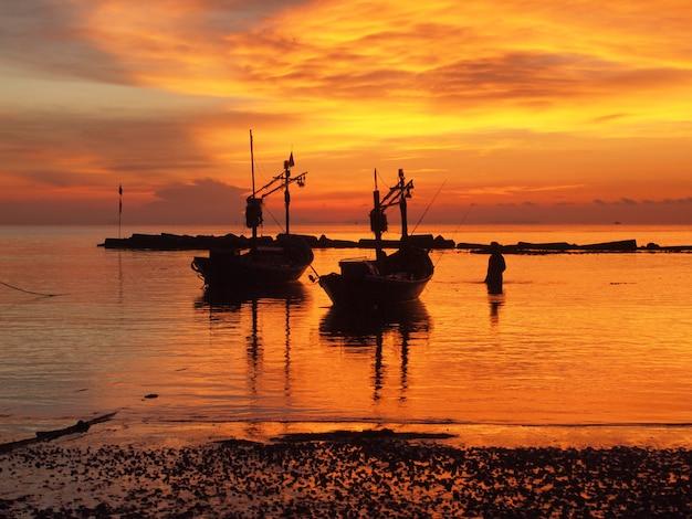 Boot am strand bei sonnenaufgang in der gezeitenzeit
