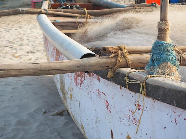 Boot am strand bei sonnenaufgang