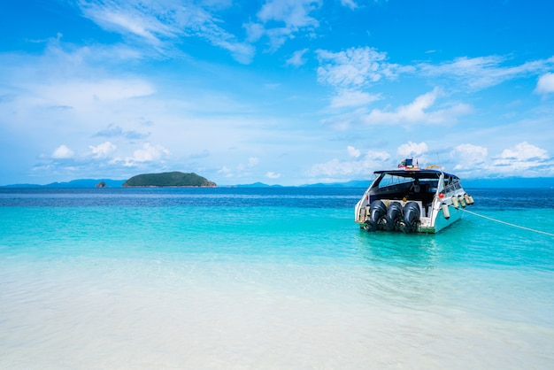 Boot am strand und sommerurlaub
