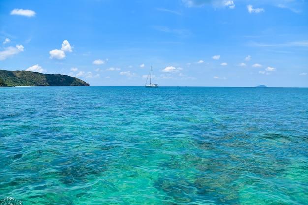 Boot an der blauen seeansicht-reise in sommerferien