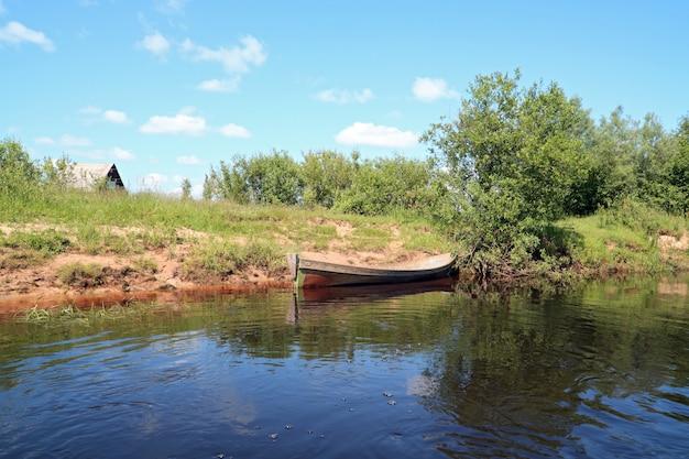Boot an der küste fluss