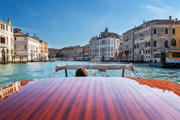 Boot auf dem canal grande, venedig, italien
