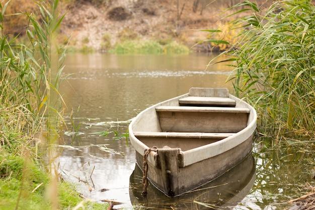 Boot auf dem fluss im herbst, boot im dorf, landschaft