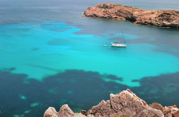 Boot auf einem schönen meer in korsika