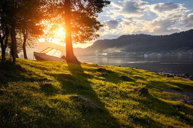 Boot auf see am hintergrund des sonnenuntergangs