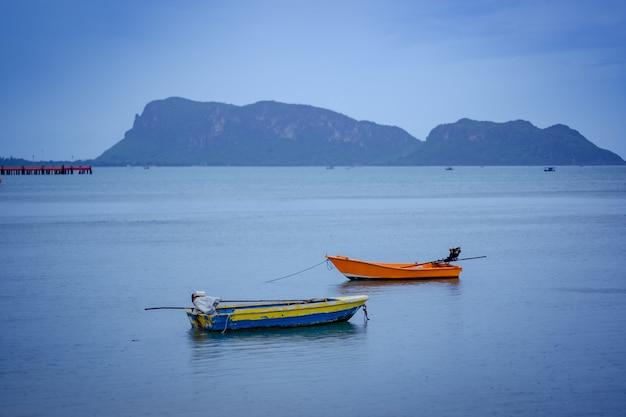 Boot auf see und hügel