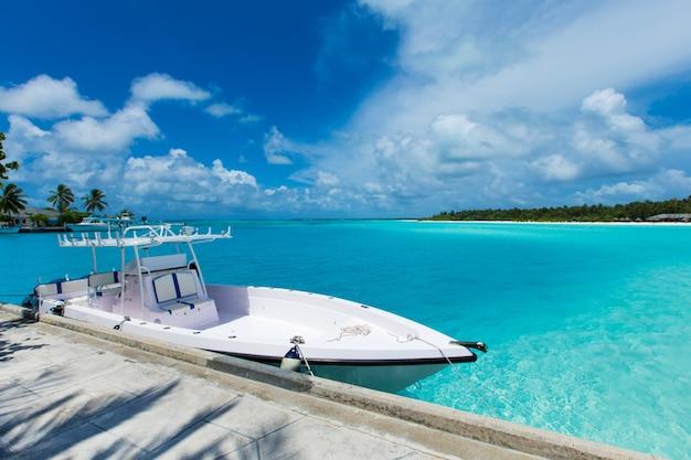 Boot auf tropischer insel