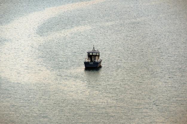 Boot, das in see schwimmt