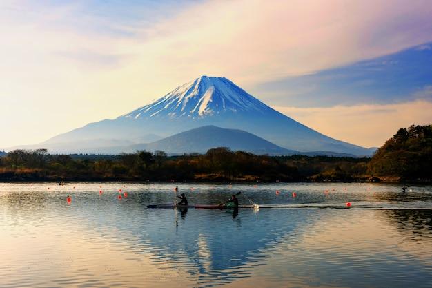 Boot, das um berg fuji kayak fährt