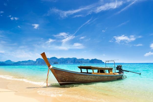 Boot des langen schwanzes auf tropischem strand in krabi thailand