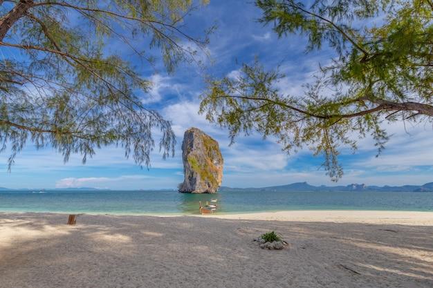 Boot des langen schwanzes auf weißem sandstrand auf tropeninsel in thailand