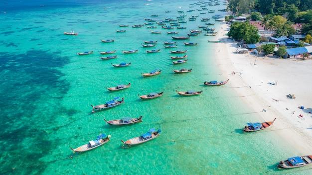 Boot des langen schwanzes der vogelperspektive in lipe-insel von thailand