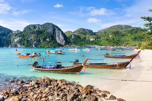 Boot des langen schwanzes für miete für touristen auf phi-phi-insel krabi thailand
