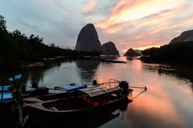 Boot des langen schwanzes, zum des morgensonnenaufgangs, verbot hin rom, phang nga, thailand zu beleuchten.