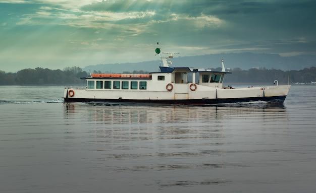 Boot für den personentransport auf dem see