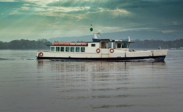 Boot für den personenverkehr auf dem see