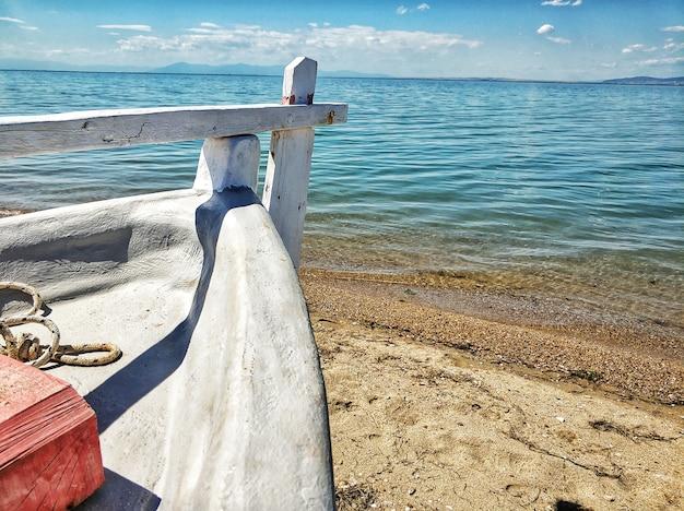 Boot geparkt an der sandigen küste des meeres