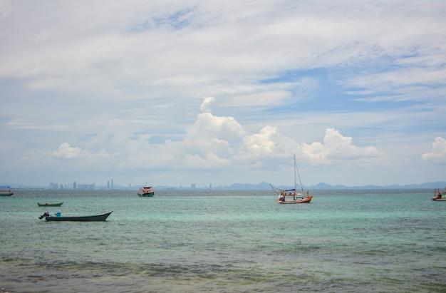 Boot im meer am abend schöner großer gebirgshintergrund