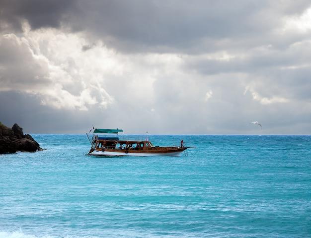 Boot im meer und im stürmischen himmel