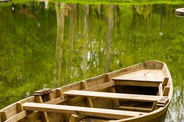 Boot im teich im park, zugdidi botanischer garten in georgia. frühling.