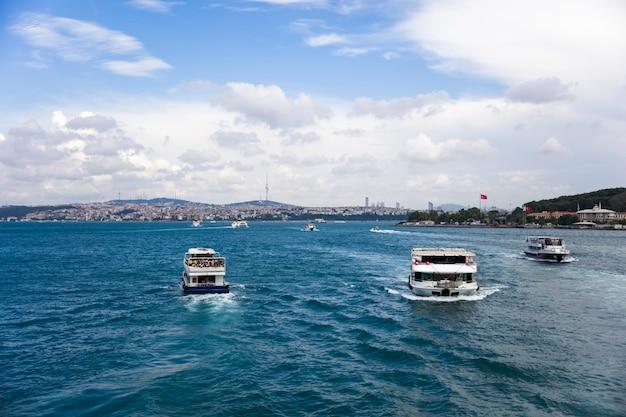 Boot in bosphorus-straße in istanbul, die türkei