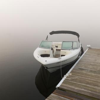 Boot machte am dock, see des holzes, ontario, kanada fest