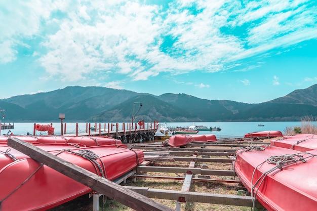Boot mieten auf ashi see von hakone, japan