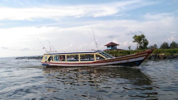 Boot mit passagieren, die im fluss segeln