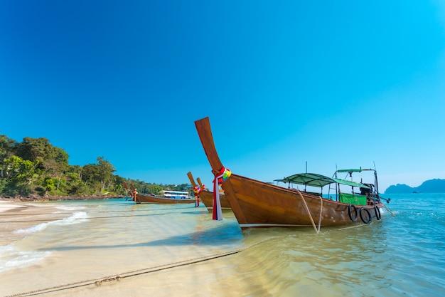 Boot und schöner blauer ozean